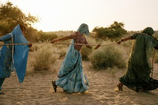 Scarcity Waste di Syngenta - Pulling of the well Autore Titolo: Mustafah Abdulaziz, Pulling of the well Credits: Courtesy the artist and Syngenta Photography Award: Tharpakar, Pakistan, 2013 Women work together to pull water from a well.