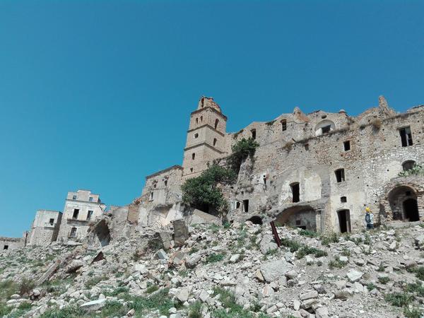 Craco, migliaia di turisti nella città fantasma in provincia di Matera