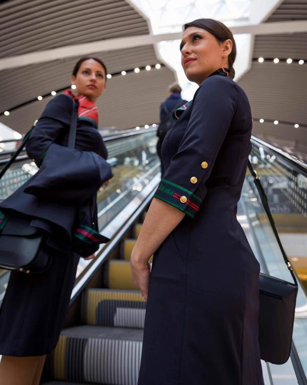 Hostess Per Guardaroba.Alitalia Per Hostess E Steward Divise Alberta Ferretti