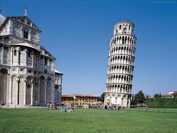 La torre di Pisa, il campanile più famoso del mondo, caratterizzato da una visibile pendenza © ANSA