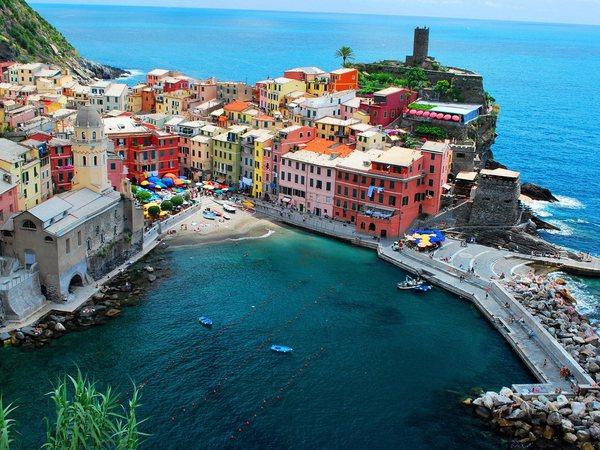 Vernazza, spettacolare borgo in provincia di La Spezia, tra la roccia e il mare del parco delle Cinque Terre  © Ansa