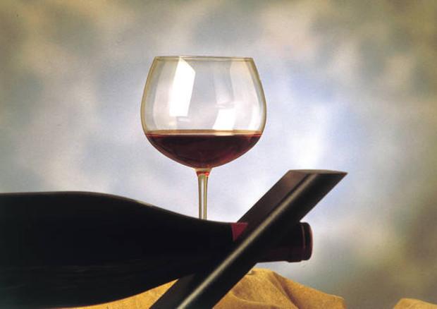 Bere vino rosso prima di fumare riduce danni da sigaretta