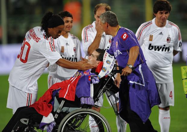 Stefano Borgonovo morto a causa di una malattia neurogenerativa, la Sla. Spinto in carrozzina durante una saluto dei compagni allo stadio © ANSA