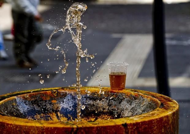 Napoli, acqua marrone dai rubinetti