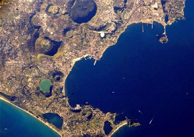 Il supervulcano dei Campi Flegrei visto dai satelliti (fonte: NASA) © Ansa
