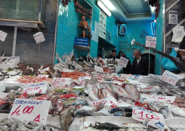 La pescheria cucina il pesce per strada nel cuore napoli - La cucina del cuore ...