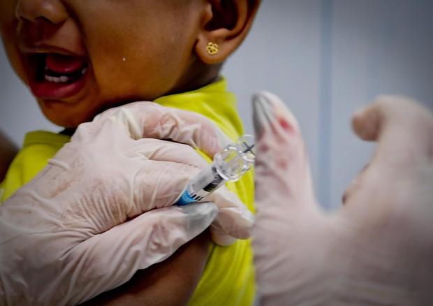 Centri per i vaccini in tilt, iscrizioni scolastiche nel caos
