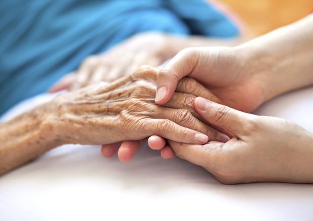 Manovra, 60 milioni per chi assiste un familiare malato