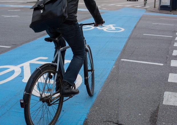 ciclista su un pista ciclabile © ANSA