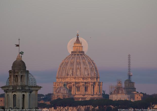 La superluna del 3 dicembre 2017 nel cielo di Roma (fonte: Gianluca Masi, Virtual Telescope Project) © Ansa