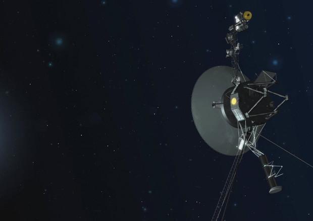 Rappresentazione artistica della sonda Voyager 1 nello spazio interstellare (fonte:  NASA/JPL-Caltech) © Ansa
