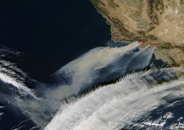 Gli incendi in California visti dal satellite Terra della Nasa (fonte: NASA, Jeff Schmaltz LANCE/EOSDIS MODIS Rapid Response Team, GSFC. Caption by Lynn Jenner) © Ansa