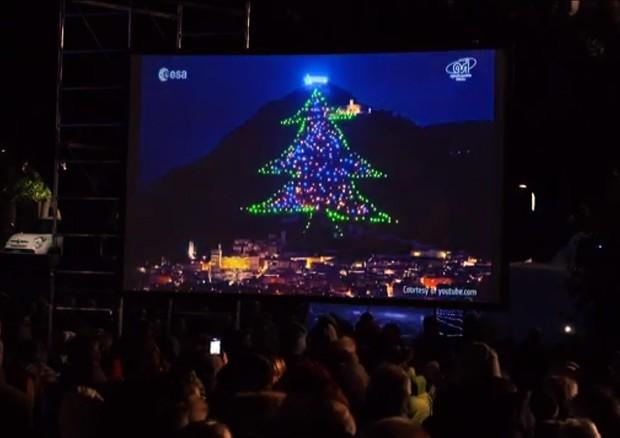 Albero Di Natale Grande.Acceso Dallo Spazio L Albero Di Natale Piu Grande Del Mondo Spazio