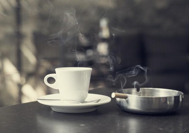 Sigaretta e caffè, ecco perché vanno 'a braccetto' © Ansa