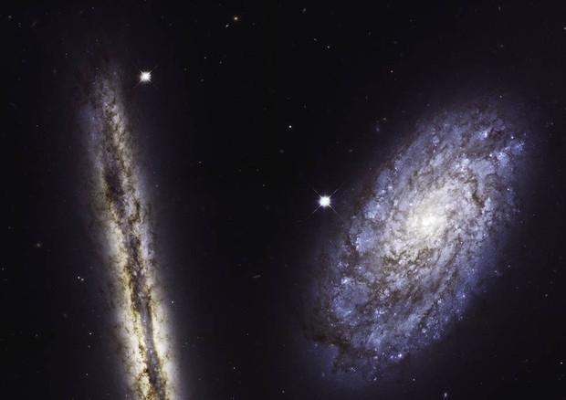 Le galassie a spirale NGC 4302 (a sinistra) e NGC 4298 fotografate dal telescopio spaziale Hubbel per i suoi 27 anni (fonte: NASA, ESA, M. Mutchler/STScI) © Ansa