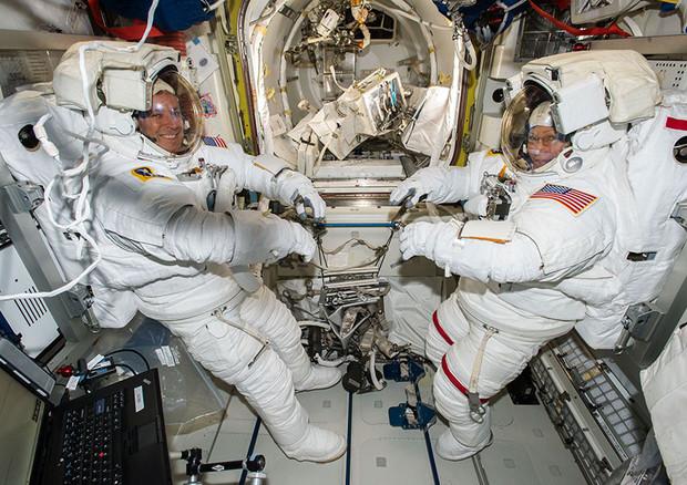 Gli astronauti Jack Fischer (a sinistra) e Peggy Whitson protagonisti di una nuova passeggiata spaziale (fonte: NASA TV) © Ansa