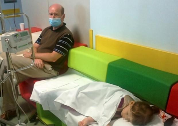 Nicola Pomaro con la figlia. Ha scritto una lettera a Zaia perche' non si opponga all'obbligo vaccinale © ANSA