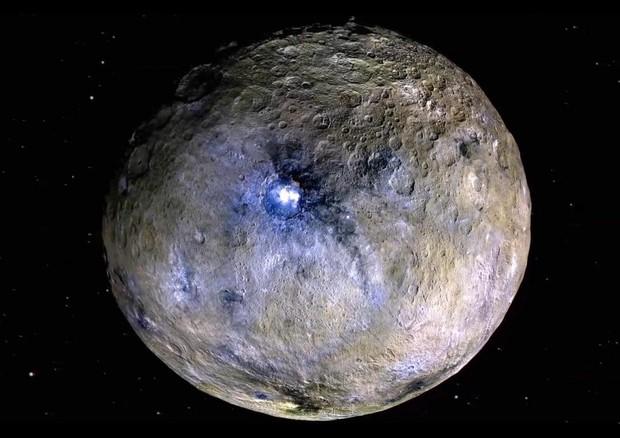 Il pianeta nano Cerere in falsi colori. Potrebbe essersi staccato da qui uno dei meteoriti che contengono l'acqua più antica del Sistema Solare (fonte: NASA) © Ansa