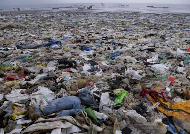 Nel Mediterraneo 33mila bottigliette di plastica al minuto