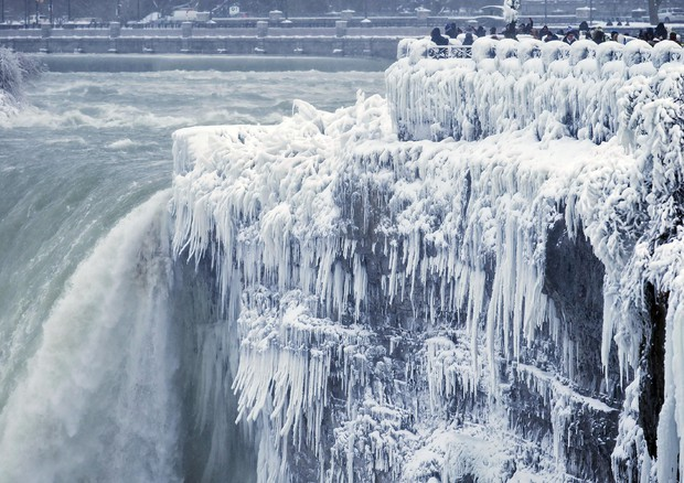 Cold Weather Niagara Falls © AP