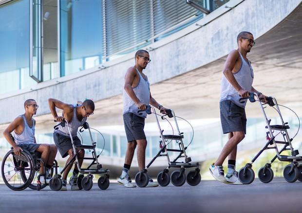 Un nuovo tipo di elettrostimolazione del midollo spinale ha permesso a una persona paralizzata di riprendere a camminare, anche dopo l'interruzione dello stimolo (fonte: EPFL / Jamani Caillet) © Ansa