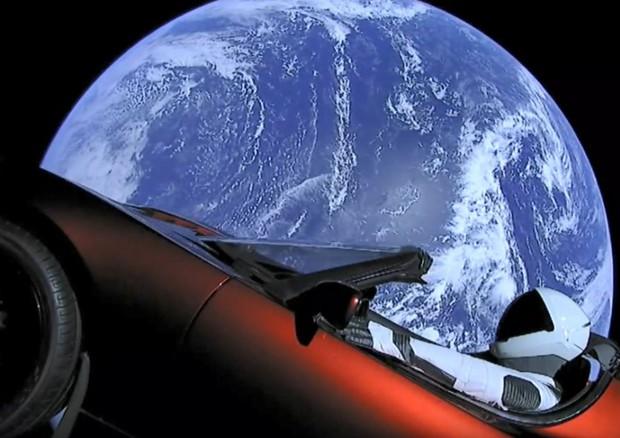 La Tesla Roadster in volo sulla Terra, dopo il lacio con il Falcon Heavy (fonte: SpaceX) © Ansa