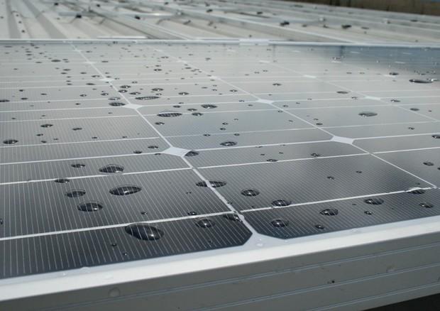 Nuove celle fotovoltaiche ibride producono energia con il sole e la pioggia (fonte: h080, Flickr) © Ansa
