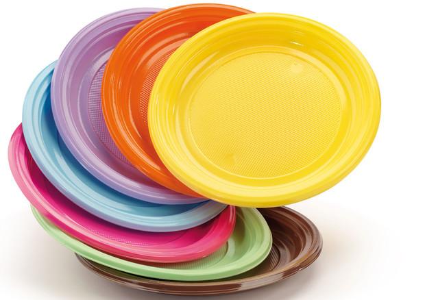 Plastica, addio a posate, piatti e cannucce: nuove norme UE contro l'inquinamento