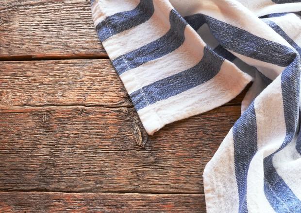 Un nemico della salute in cucina: è lo strofinaccio, ricettacolo di batteri