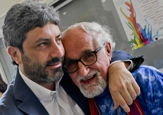 Il presidente della Camera Roberto Fico saluta il padre comboniano Alex Zanottelli con il quale ha condiviso la promozione del referendum del 2011 © ANSA