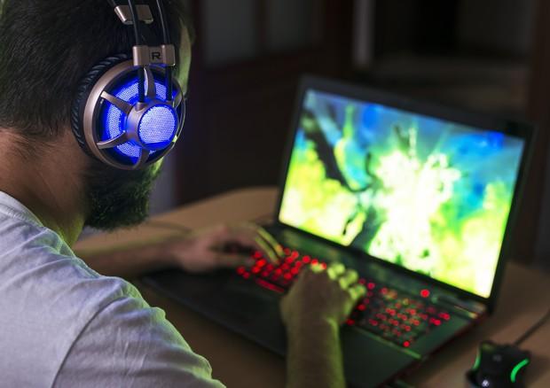 Un uomo  preso da un videogioco © Ansa