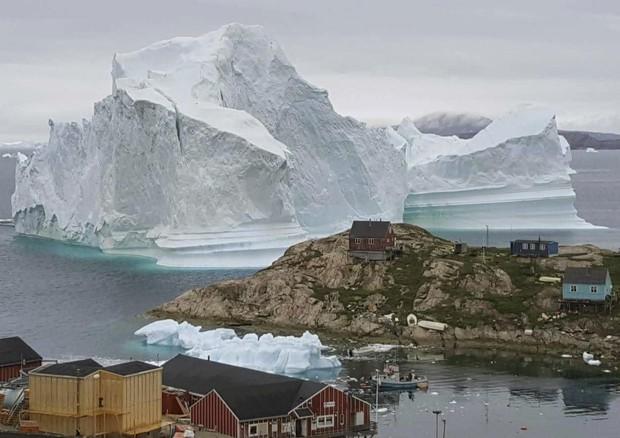 Iceberg gigante si arena a ridosso villaggio Groenlandia © AP