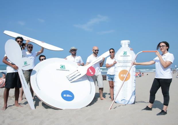 Legambiente, serve legge nazionale contro plastica monouso © ANSA
