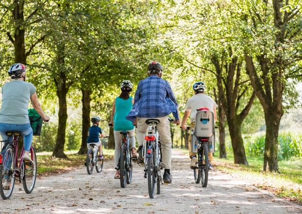 Italiani pigri, pochi in bici o a piedi e casa-scuola si fa in auto © Ansa