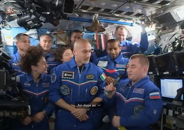 Il passaggio di consegne: Luca Parmitano è al comando della Stazione Spaziale (fonte: NASA TV) © Ansa