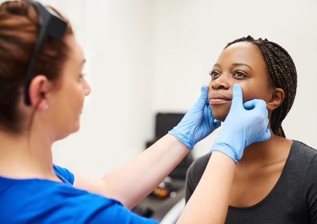 Dermatologi, imparare a riconoscere malattie anche sulla pelle scura © Ansa