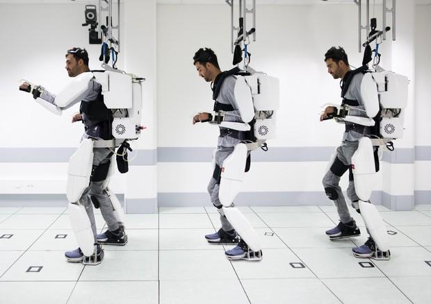 Uomo paralizzato cammina usando un esoscheletro col pensiero (fonte: Fonds de dotation Clinatec) © ANSA