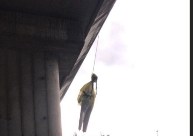 Fantoccio di Greta Thunberg appeso sotto un ponte a Roma