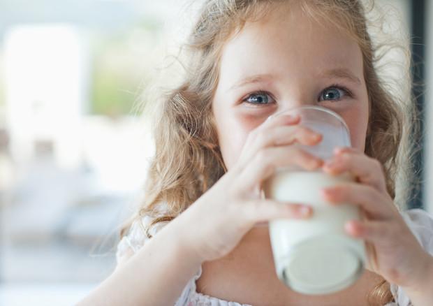 Bimbi obesi, bere latte intero riduce il rischio di essere sovrappeso