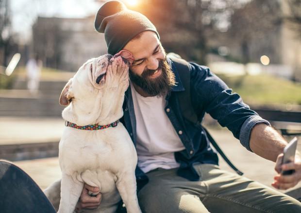 Un uomo con il suo cane © Ansa