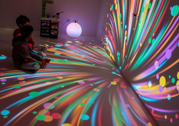 Stimolazione multisensoriale nella stanza 'magica' per bimbi con disabilità intellettive (fonte: Politecnico di Milano) © Ansa