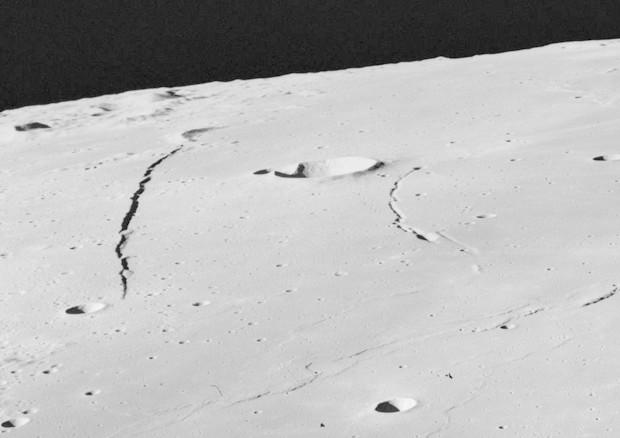 La Luna si sta restringendo