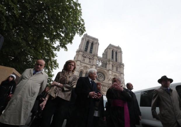 Mattarella visita Notre Dame per testimoniare l'amicizia tra Italia e Francia