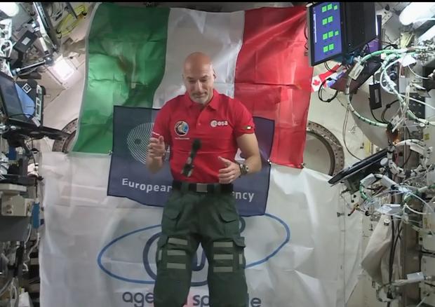 L'astronauta Luca Parmitano nel primo collegamento dalla Stazione Spaziale Internazionale (fonte: NASA TV) © Ansa