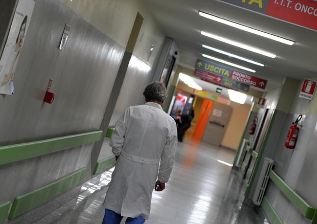 Sanità, in corsia medici fino a 70 anni e specializzandi