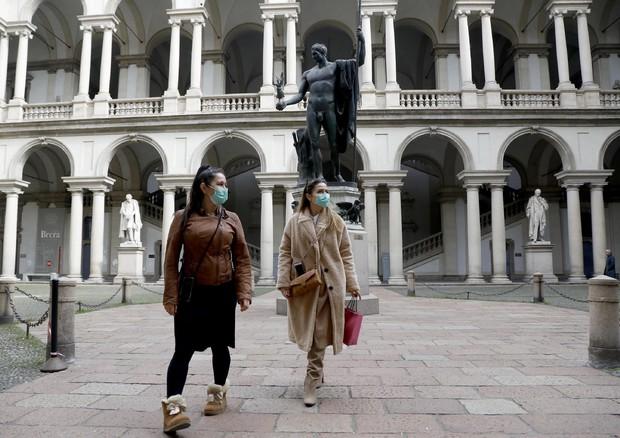Due turiste con le mascherine a Brera © ANSA
