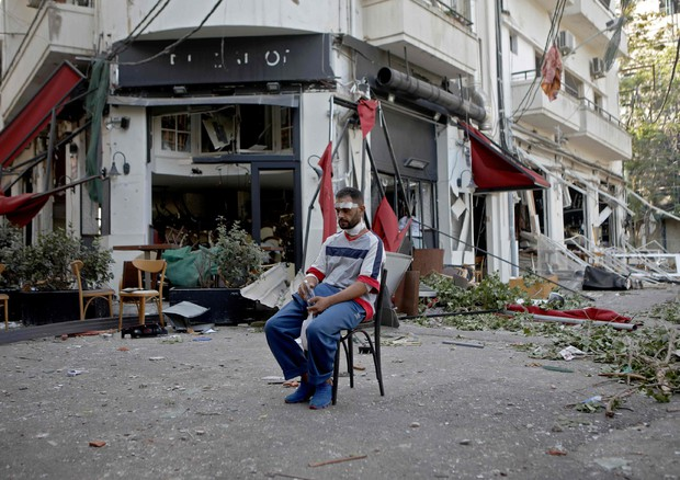 La sposa di Beirut viene spinta vinta dall'esplosione improvvisa