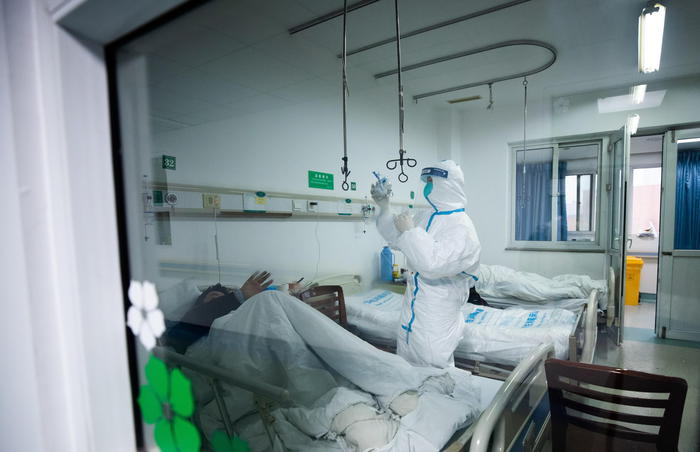 Virus Cina: Usa, anche robot 'cura' paziente infettato