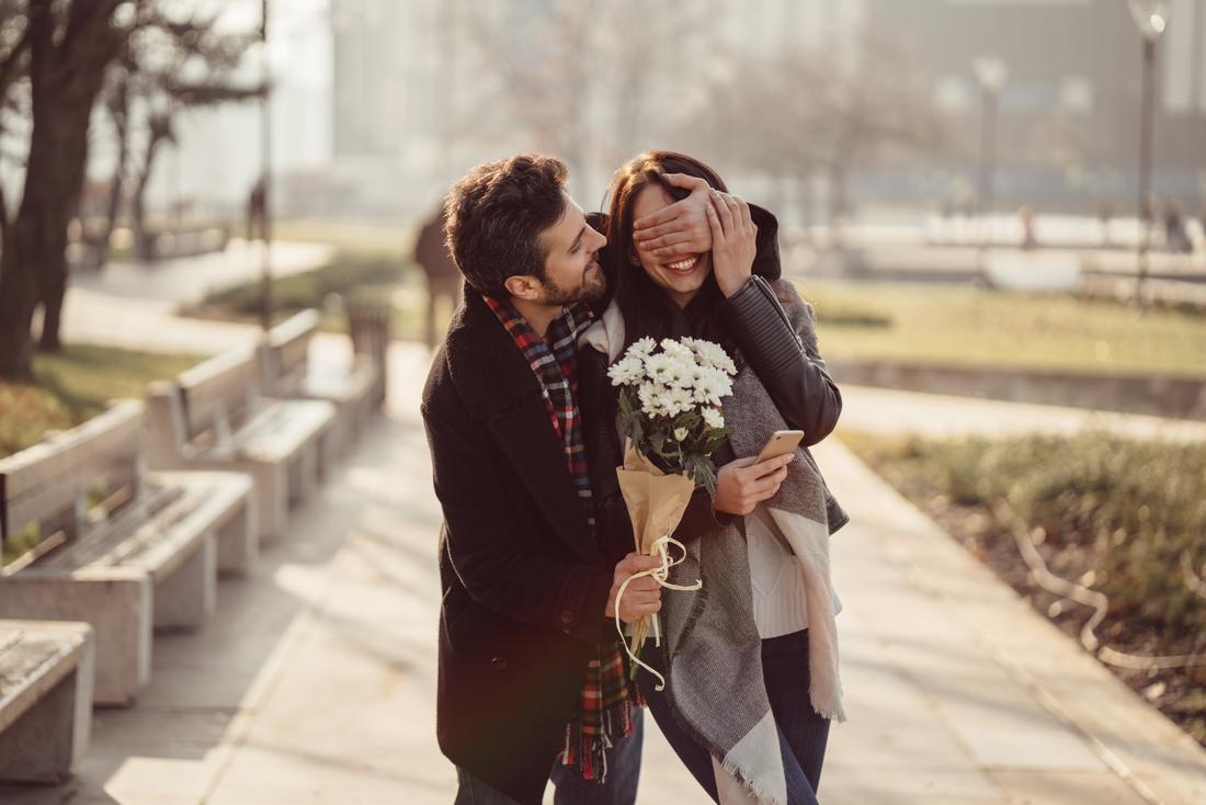 Regalare Un Mazzo Di Fiori.San Valentino Dalle Rose Ai Cioccolatini I Regali Piu Classici
