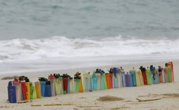 Accendini di plastica su una spiaggia di Sokos Island, Hong Kong